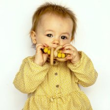 Teething Stellar in natural wood and silicone Mustard