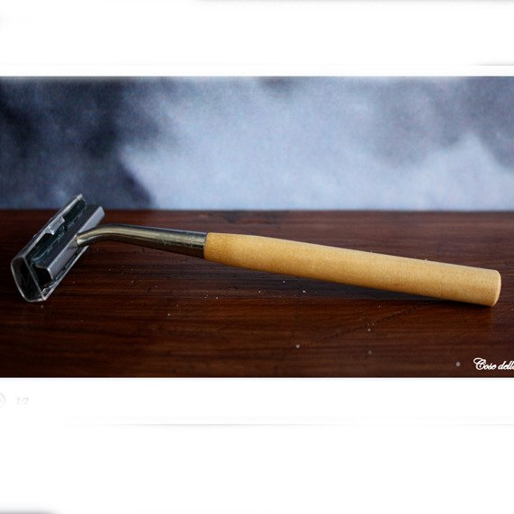 Shaving razor with handle in wood